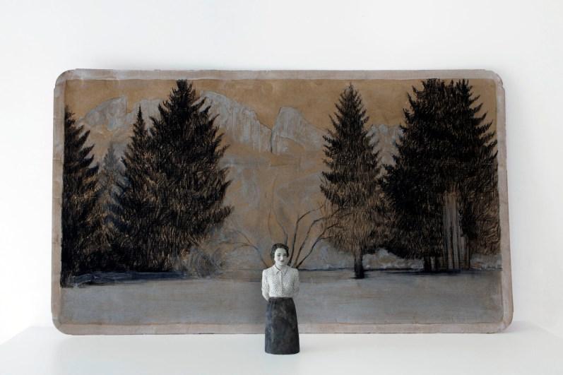 Serena Zanardi, Carezze al lago, 2013, scultura in terracotta dipinta con cenere e ruggine e disegno su cartone di acqua evian, 21x0.8x0.6 cm e 60x100 cm
