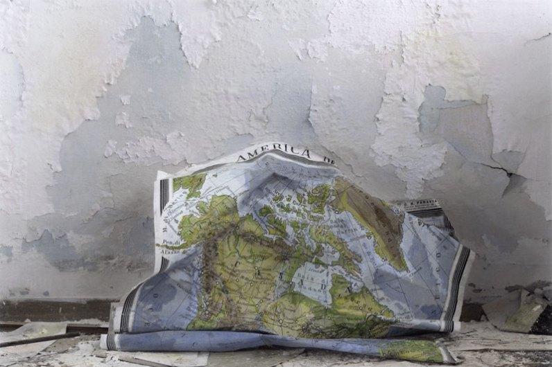 Silvia Camporesi, Planasia #3 (scuola), Isola di Pianosa, 2014, stampa in bianco e nero su carta fotografica archival matte colorata a mano Courtesy Silvia Camporesi
