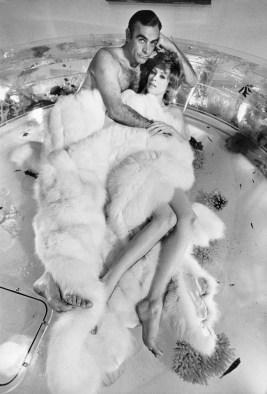 Sean Connery e Jill St. John sul set di Una cascata di diamanti Sean Connery and Jill St. John on the set of Diamonds Are Forever Las Vegas, 1971 99 x 73,1 cm © Terry O'Neill