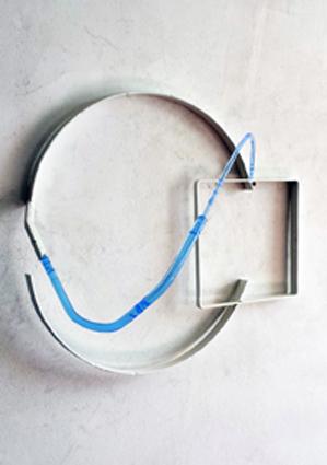 Valdi Spagnulo, Schermo 2013, ferro,verniciato bianco, plexiglass trattato e colorato, 60x40x17 cm circa