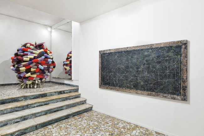 Pascale Marthine Tayou, Update!, Veduta generale della mostra | General exhibition view Courtesy the artist and GALLERIA CONTINUA, San Gimignano / Beijing / Les Moulins Photo by Ela Bialkowska, OKNO STUDIO