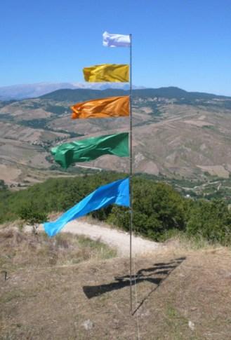 GAP 2011, Nicola Toffolini, Il vento fa il suo giro, 2011. Metallo cromato, plastica, gomma, tessuto per bandiera. h. 600 cm