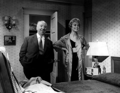 "Alfred Hitchcock e Janet Leigh sul set di ""Psyco"" (1960) © 2014 Universal Studios. Tutti i diritti riservati MONDADORI PORTFOLIO/The Kobal Collection"
