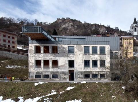 La facciata dello Spazio di Casso, cantiere di A call for a wall_Foto Giacomo De Donà