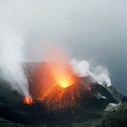 Quattro, TerraProject Photographers, Isola di Stromboli, ottobre 2008. Un'eruzione notturna.