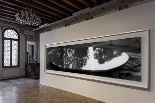 Hiroshi Sugimoto, Serpentine Pavillon, 2012, stampe su carta alla gelatina d'argento, 119x448 cm mostra Hiroshi Sugimoto. Modern Times, Palazzetto Tito – Fondazione Bevilacqua La Masa, Venezia