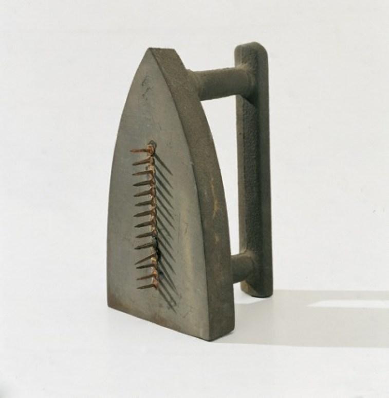 Man Ray, Cadeau, 1974 (replica dell'originale, 1921), ferro da stiro con chiodi, 17x10x10.5 cm, Collezione privata Courtesy Fondazione Marconi © Man Ray Trust by SIAE 2014