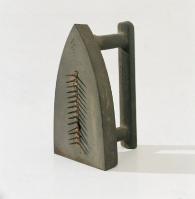 Man Ray, Cadeau, 1974 (replica dell'originale, 1921), ferro da stiro con chiodi, 17x10x10.5 cm, Collezione privata Courtesy Fondazione Marconi © Man Ray Trust by SIAE 2014