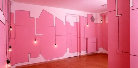 Maurizio Savini, Trans Plant, 2014, tempera su muro e cavo elettrico, dimensioni dell'ambiente