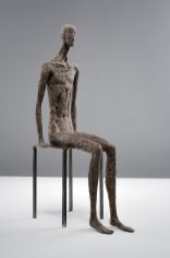 Gerald Moroder, Seduto, 2014, impasto di porfido