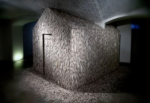 Tamara Ferioli, Heimaey, 2014, ossi di seppia, legno, site specific Foto Marco Mignani