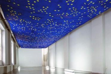 Serena Vestrucci, Strappo alla regola 2013 Tela di bandiere europee, filo di cotone, 18 x 5 metri, tre mesi Galleria Ottozoo, Milano