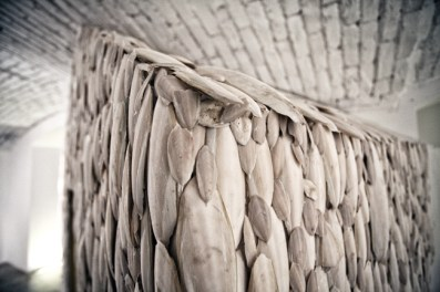 Tamara Ferioli, Heimaey, 2014, ossi di seppia, legno, sonoro, foto Marco Mignani, post produzione audio Alessandro cremonesi, dettaglio