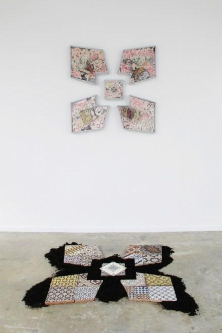 Liberty Fleurs (progetto Le jardin de la Résistance, 2013. Installazione site specific Kunsthalle Mulhouse: composizione di collages (tecnica mista su carta, metallo, plexiglass, cm 85x85x4); composizione di maioliche d'epoca e terra, cm 85x85x2.