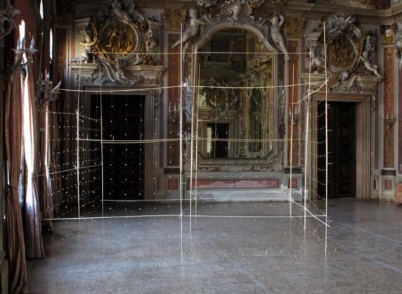 Gianni Moretti, La seconda stanza, 2012, camanellini, legno, fascette autobloccanti, piccoli motori vibranti, sensore di movimento, filo di nylon, 387x350x295 cm, courtesy dell'artista