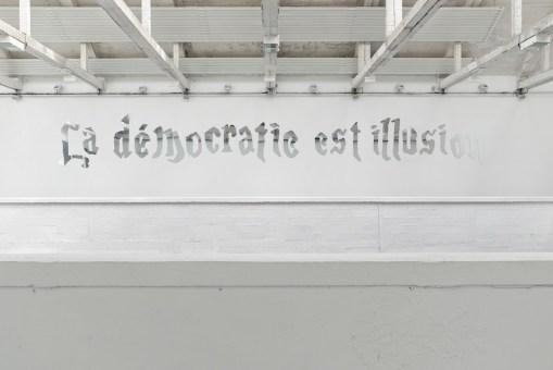 Goldschmied&Chiari, La Démocratie est Illusion, 2014 mirrored prexiglass shaped writing, 13,75 mt Centro d'arte contemporanea Passerelle, Brest © Aurélien Mole, 2014