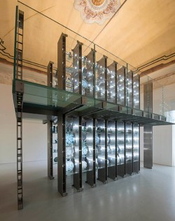 Museo della Ceramica Savona,Sala 8 Macchina espositiva in vetro e acciaio appositamente studiata per allestire le ceramiche della Collezione Boncompagni Ludovisi, foto: Fulvio Rosso