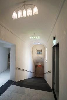 Museo della Ceramica Savona, Scalone tra il primo e il secondo piano con lampadari in vetro di Altare che compongono parole identificative della ceramica Credito fotografico: Fulvio Rosso