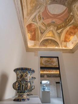 Museo della Ceramica Savona, Coppia di vasi ornamentali, XVIII secolo; Maiolica; h 57 cm x 45 cm; Manifattura di Savona; Collezioni della Pinacoteca Civica di Savona. Sullo sfondo la Sala 2 con affresco di Bartolomeo Guidobono