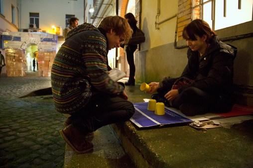 Mostra Μύθοι. Myths. Students/Artists/Teachers. A process of exchange Fondazione Pastificio Cerere, Roma, dicembre 2014 Performance di Agnieszka M. Nowak, 3 cups game
