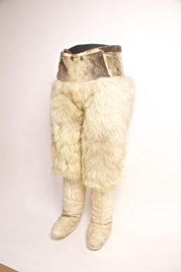 Pantaloni e calzerotti, Groenlandia, 1971, pelliccia d'orso bianco, pelle di foca, vello di pecora, corda, bottoni, Collezione Rinaldo Carrel © SchPhoto