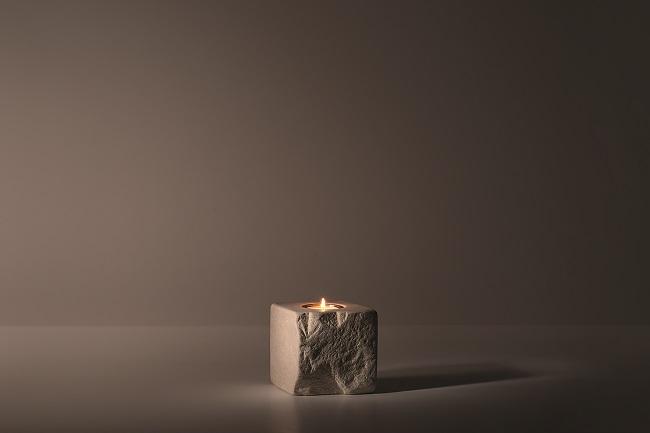 Greta Rento, Lucciola, 2013, pietra, acciaio, cera, 10x10x10 cm, Courtesy Studio la Città, Verona