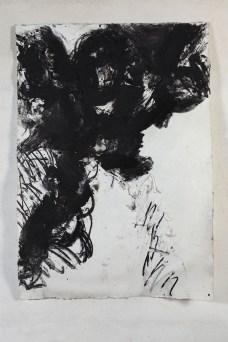 Icaro, 2013-2014 sabbia vulcanica, ossido di ferro e carbone su carta 215 x 148 cm. Courtesy Galleria dello Scudo, Verona. Foto: Claudio Abate
