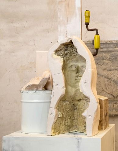 Vincenzo Rusciano, Passaggio #2, 2014, jesmonite, legno, ferro, lattice, vernice, grafite, 215x48x50 cm Foto Danilo Donzelli (particolare)