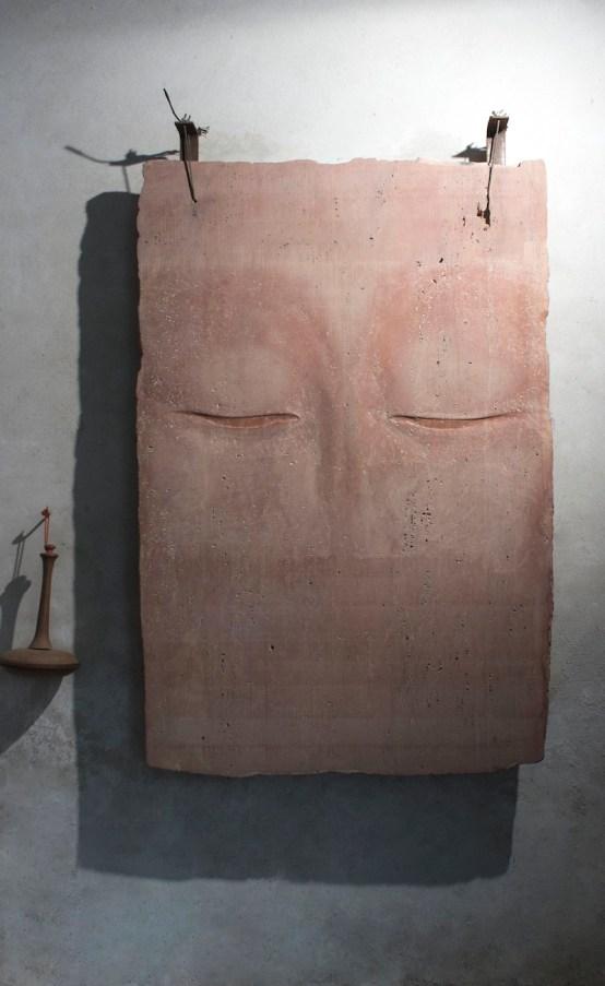 Amalia Del Ponte, Potnia, 1989, litofono in travertino del Pakistan, 155x100 cm