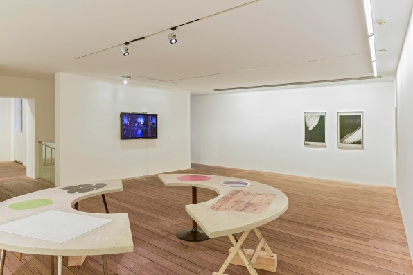 Sonia Leimer, Round Table, 2014_Sonia Leimer, 1959, 2012, Courtesy of Barbara Gross Munchen_Leander Schwazer, I do not own these pictures (video), 2015 Foto Andreas Marini