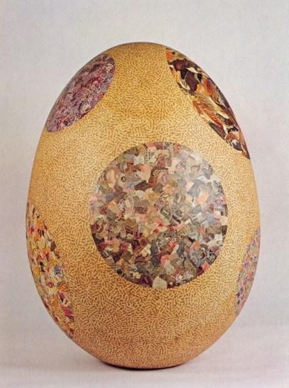 Jiří Kolář, Uovo Macchiato, 1969, collage su oggetto chiasmage, 80x60 cm