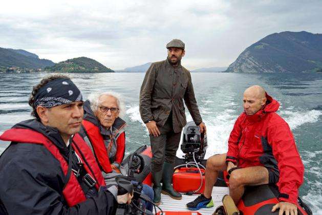 Christo (2nd from left), Director of Construction Rossen Jeliaskov (right), filmmaker Antonio Ferrera (left) and Vladimir Yavachev on Lake Iseo September 2014 Photo: Wolfgang Volz © 2014 Christo