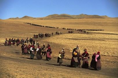 Kazuyoshi Nomachi, Durante la celebrazione del Lhabab Duchen, i pellegrini camminano intorno a una collina sulla quale si erge uno stupa Tibet, Cina, 1991 © Kazuyoshi Nomachi