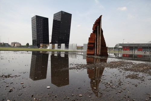 Maria Cristina Carlini, La nuova città che sale, 2014, acciaio corten, legno, h 10 metri, Fiera Milano Rho, ©Matteo Bernardini