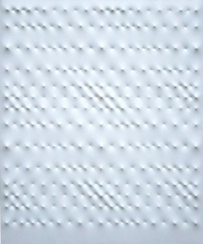 Enrico Castellani, Superficie Bianca, 1990, tela estroflessa, 120x100 cm