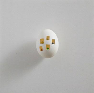 Riccardo Gusmaroli, Uovomondo, 2015, tecnica mista su uovo, 20x20 cm Courtesy Galleria Glauco Cavaciuti