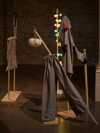 Corin Sworn, Silent Sticks, veduta della mostra alla Whitechapel Gallery / exhibition view at Whitechapel Gallery Courtesy Whitechapel Gallery Foto Stephen White