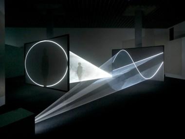 Anthony McCall, Face to Face, 2013, 2 schermi, 2 videoproiettori, 2 macchine per foschia artificiale, ciclo di 30 minuti in due parti, Anthony McCall Studio, New York