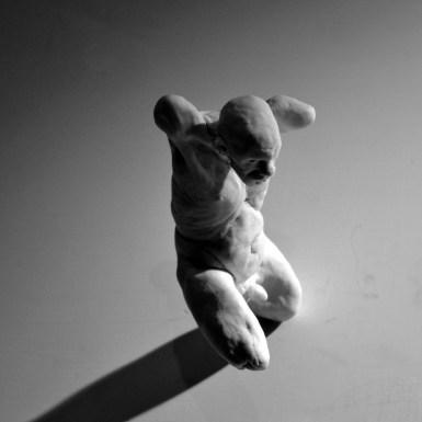 Andrea Liberni, Falling, 2014, porcellana, 16x6x6 cm