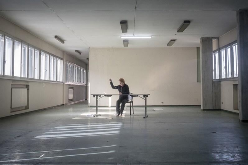 Marie Cool Fabio Balducci Senza titolo. Scotch, tavolo da ufficio. 2002 Courtesy gli artisti; Marcelle Alix, Paris; contemporary locus, Bergamo. Foto: Davide Boccardo