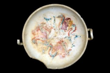 Podanipter. Nereidi su mostro marino, da Ascoli Satriano, seconda metà del IV secolo, marmo policromo, altezza 30.8 cm, diametro 57.2, Polo Museale Civico Diocesano, Ascoli Satriano (FG)