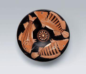 Piatto apulo a figure rosse: pesci, da Ruvo di Puglia, Officina del pittore di baltimora, 325-300 a.C., ceramica, altezza 5.3 cm, diametro 21 cm, Collezione Intesa San Paolo, Vicenza (inv.104)