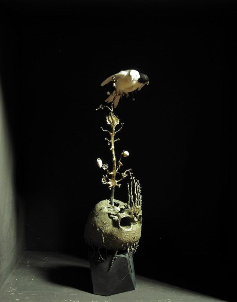 Agostino Arrivabene, Infante, 2014-15, bronzo, oro, avorio fossile e tassidermie, 52,.5x11x15 cm