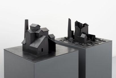 Marco Tirelli, Senza titolo, 2013, bronzo, 2 elementi di cm h 30x50x50. Foto di Dario Lasagni. Courtesy Otto Gallery