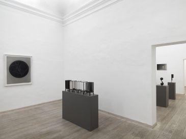 Marco Tirelli. Sculptures and drawings. Veduta dellÔÇÖallestimento nella prima sala della galleria. Foto di Dario Lasagni. Courtesy Otto Gallery (2)