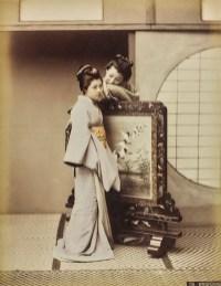 Kusakabe Kimbei, Whispering. Conversazione sussurrata tra due geishe accanto a un paravento, 1885-1895 © Raccolte Museali Fratelli Alinari (RMFA), Firenze © Archivi Alinari