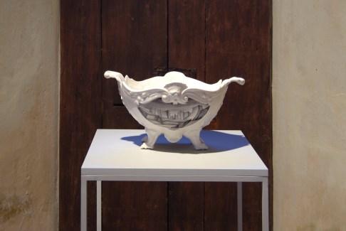 Paolo-Polloniato-Capriccio-Contemporaneo-2015-ceramica-in-terra-bianca-con-decoro-sotto-cristallina, courtesy dell'artista