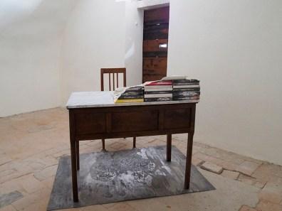 Marco Cordero, All'alba, 2015, piombo, marmo, pelle, libri, 110x140x150 cm Courtesy Gallerie Opere Scelte, Torino Foto Andrea Repetto