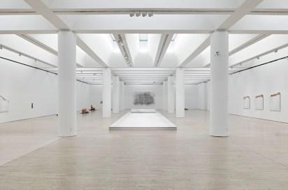 Giuseppe Penone, veduta delle sale e al centro Sigillo, 2012, Courtesy Gagosian Gallery Foto © Mart, Archivio fotografico e mediateca / Carlo Baroni