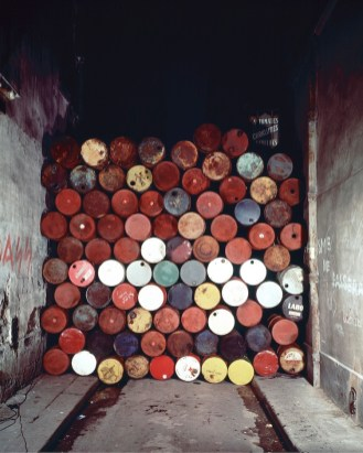 Christo and Jeanne-Claude, Wall of Oil Barrels – Iron Curtain, Rue Visconti, Paris, 1961-62 (June 27, 1962), 89 oil barrel, 4,3 high x 3,8 wide x 1,7 meters deep Photo: Jean-Dominique Lajoux Copyright: Christo 1962